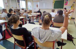 601607-des-eleves-pendant-un-cours-dans-un-college-de-la-region-lilloise